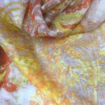Silkechifoon med gul og orange mønster