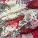 Silkechifoon med ivory og rød mønster