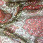 Silkechifoon med rød mønster